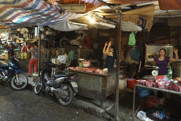 Quang cảnh trong giờ luyện tập của các bà các mẹ các chị tại chợ Xanh Kim Liên.