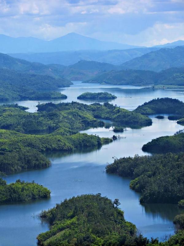 Theo kinh nghiệm từ nhiều phượt thủ đã từng đến đây, hồ Tà Đùng đẹp nhất từ tháng 8 đến tháng 12, khi đang trong giai đoạn tích nước. Ảnh: backpackerssd.