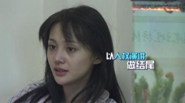 Trịnh Sảng tự tin xuất hiện mặt mộc trong một show truyền hình. Kết quả là gương mặt của cô với đầy vết thâm quầng bị cho xấu.