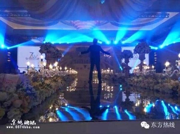 Sân khấu lung linh huyền ảo tràn ngập hoa tươi.