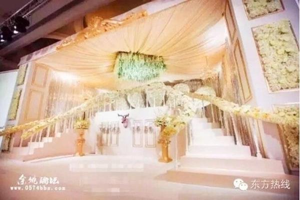 Đám cưới xa hoa được tổ chức ở một khách sạn hạng sang với lối trang trí cầu kỳ, hào nhoáng.