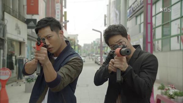 Shi Jin và Dae Young song kiếm bắt trộm