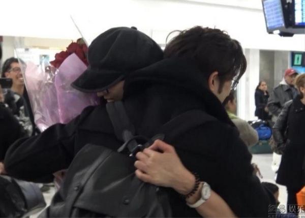 """Họ ôm nhau thắm thiết và Trị Đình gọi đàn chị là """"bà xã""""."""