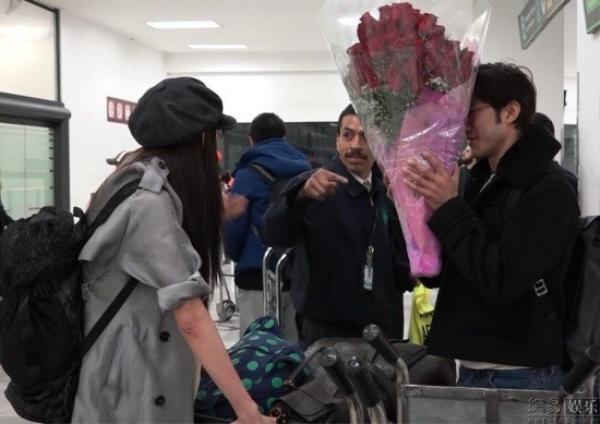 Lý Trị Đình ôm hoa chờ sẵn Lâm Chí Linh ở sân bay.