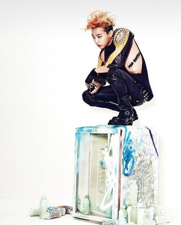 Được biết anh là người sở hữu nhiều tattoo nhất trong các thành viên của Bigbang, với item áo tanktop đen càng làm nổi bật lên hình xăm vô cùng nghệ thuật yên vị tại sườn trái của chàng.