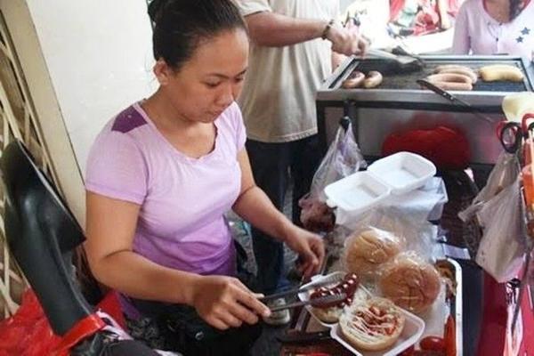 Chị Lan Trinh chế biến bánh mì.