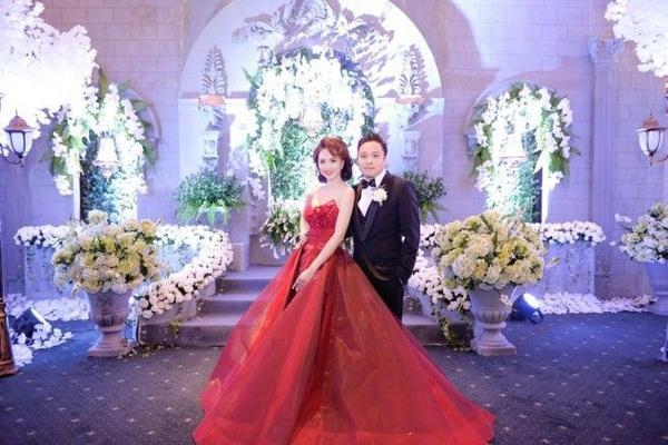 Ở phía ngoài sảnh, backdrop chụp hình được dàn dựng như một lâu đài cổ ngập tràn sắc trắng của hoa hồng. Tổng cộng hơn 250.000 hoa hồng, 10.000 bông tú cầu, 10.000 cành cát tường được sử dụng để trang trí cho dạ tiệc.