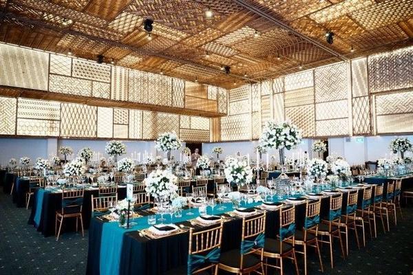 Không gian chính của sự kiện tràn ngập ánh nến lung linh, sắc hoa ngập tràn tăng vẻ lãng mạn, khiến nhiều quan khác phải trầm trồ khen ngợi. Các bàn tiệc cũng được sắp xếp thành bàn dài đối diện với sân khấu theo phong cách đậm chất phương Tây.