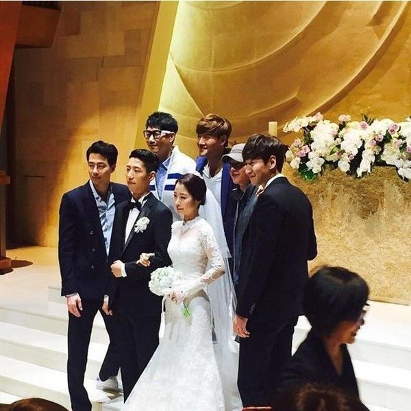 Song Joong Ki dành thời gian ít ỏi trong kỳ nghỉ quân sự để dự đám cưới em gái Lee Kwang Soo.