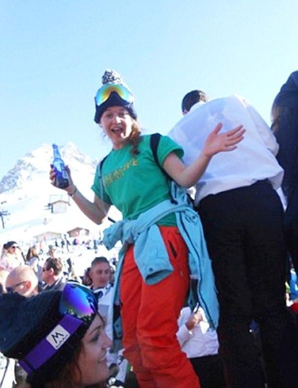 Harriet cùng các vị khách tận hưởng không khí náo nức tại khu trượt tuyết