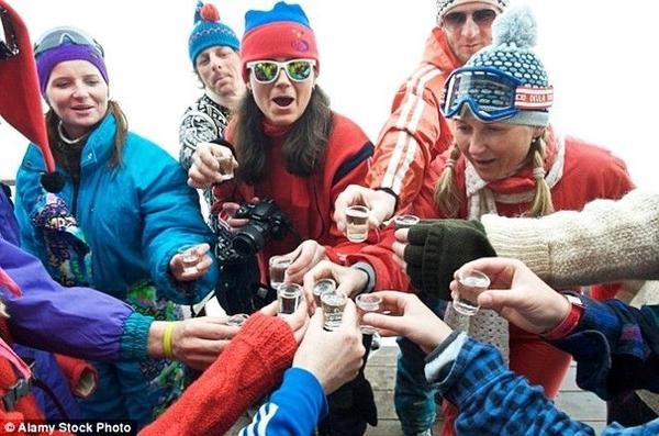 """Cả """"quản gia"""" và du khách cùng nhau cạn ly rượu làm ấm bụng giữa trời đông"""