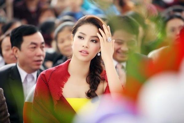 Ở lần xuất hiện này, có thể thân hình của Phạm Hương tròn trịa hơn. Phạm Hương khoe cô đã tăng được 3kg so với hồi thi Hoa hậu Hoàn vũ.