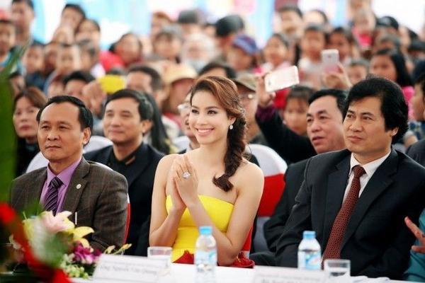 Được biết, khi hay tin Phạm Hương là khách mời đặc biệt của chương trình giao lưu văn hóa này, hàng trăm fan hâm mộ của cô nàng tại Hà Nội và một số tỉnh thành lân cận cũng đã có mặt tại trường Nhật Ngữ Giang Anh rất sớm để mong được gặp thần tượng.