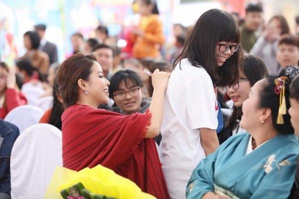 """Sau khi buổi giao lưu kết thúc, Phạm Hương không vội vã về khách sạn ngay mà nán lại để chụp hình và ký tặng fans. Sự thân thiện, của Phạm Hương khiến các fans """"phát cuồng"""" và không ngớt lời khen ngợi cô nàng Hoa hậu đã xinh đẹp lại còn gần gũi, đáng yêu."""
