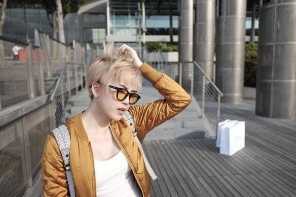 Màu tóc cũng là yếu tố quyết định đến sự thay đổi mái tóc, Trâm chọn tông bạch kim hơi ánh vàng...