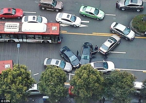 Không hiểu tại sao 4 chiếc ô tô lại có thể chụm đầu vào nhau như vậy. Ảnh: CEN