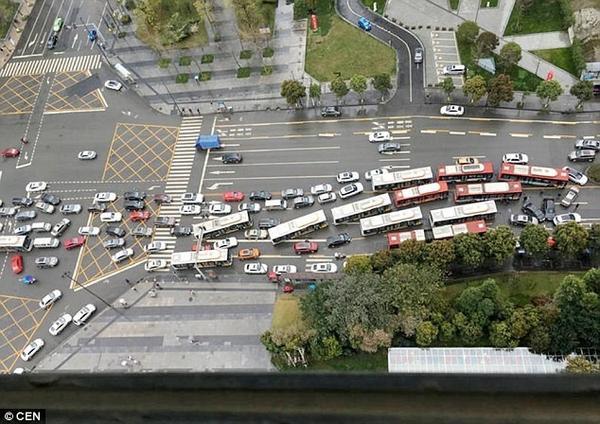 Đường phố bị mắc kẹt sau khi vụ tai nạn xảy ra. Ảnh: CEN