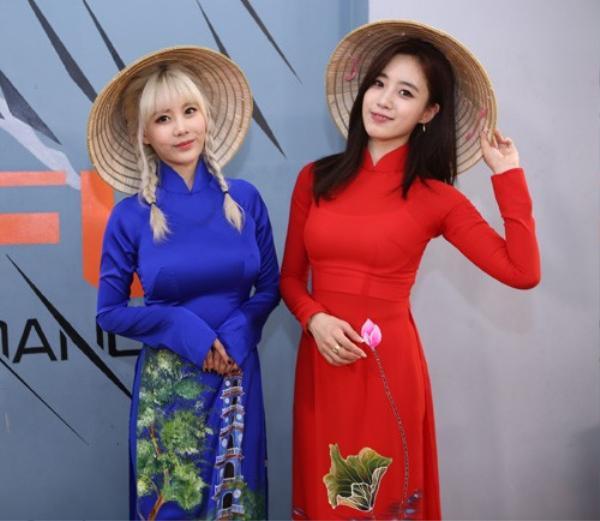 Dù đã đến Việt Nam nhiều lần trước đó, nhưng chuyến đi này là lần đầu tiên các cô gái nhóm T-ara diện áo dài truyền thống, đội nón lá giao lưu fan Việt.