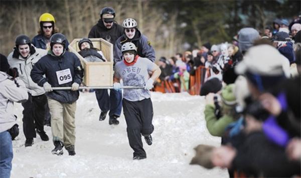 Ngày người chết đóng băng (Frozen Dead Guy Days) là một trong những lễ hội kỳ quặc và thú vị nhất thế giới. Vào tháng 3 hàng năm, hàng nghìn người ở Nederland, bang Colorado, Mỹ sẽ tụ tập với nhau để ăn mừng sự kiện tìm ra xác ướp lạnh chờ hồi sinh của Bredo Morstoel. Ảnh: curionic.