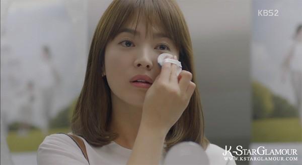 Vẻ đẹp trong veo của cô ấy trong phim Hậu duệ mặt trời luôn có sự hỗ trợ đắc lực từ phấn nước.