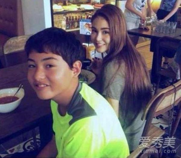 Em trai Côn Lăng: Côn Lăng thu hút trái tim Châu Kiệt Luân ngay khi gặp gỡ bởi vẻ ngoài như thiên nữ. Tuy nhiên, những ai tưởng rằng gia đình Côn Lăng toàn người đẹp chắc chắn sẽ thất vọng. Cô có cậu em trai sở hữu ngoại hình bình thường.