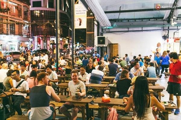Không gian ngồi cùng nhau ở khu chợ ẩm thực đang nổi tiếng nhất nhì Sài Gòn