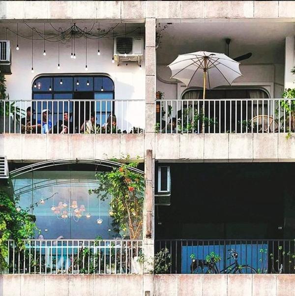 """Bên ngoài căn chung cư này nhìn vào chỉ thấy mỗi """"ngăn"""" là một quán cà phê khác nhau."""