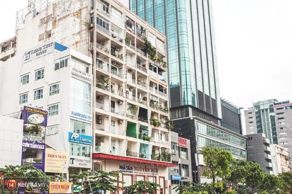 Chung cư 42 Nguyễn Huệ nổi tiếng với hàng loạt quán cà phê như là nối tiếp nhau tại đây.