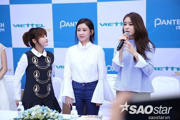 T-ara tham gia buổi kỷ tặng với người hâm mộ.