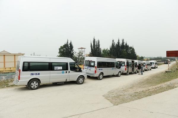 Hàng dài ô tô đỗ cạnh khu vực bến thuyền đầm Vân Long để chuẩn bị đón thành viên đoàn làm phim rời Ninh Bình đi Quảng Ninh sau ngày quay cuối cùng.