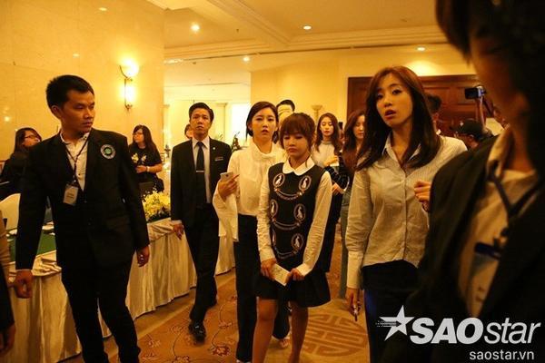 T-ara không kịp thay quần áo mà tới thẳng nơi họp báo.