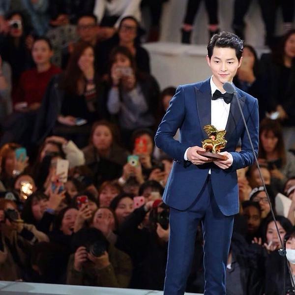 Song Joong Ki trong sự kiện thời trang hôm 15/3.