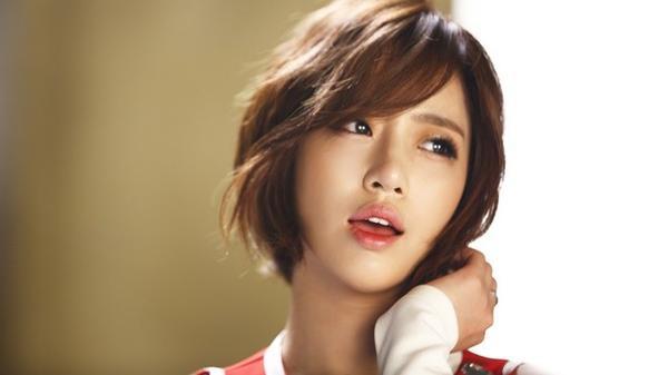 Để có được vẻ ngoài khỏe mạnh, rạng rỡ như Eun Jung, điểm mấu chốt là sử dụng hòa hợp cùng một tông màu, mắt chuốt mascara kĩ càng. Ngoài ra nên đánh khối nhẹ nhàng để giúp khuôn mặt trông tự nhiên hơn.