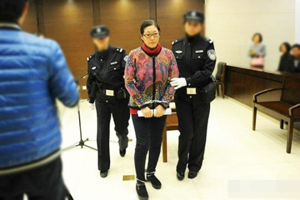 """Tại tòa, bà Li thừa nhận mình đã đánh đứa trẻ. Tuy nhiên, bà khẳng định là mình đã không """"đánh quá mạnh"""", mà chỉ là """"nhẹ nhàng"""" cảnh cáo. Tuy nhiên, phán quyết vẫn cho rằng bà Li đã """"đi quá xa"""" và phải chịu 6 tháng tù cho hành vi của mình."""