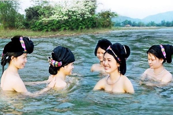 """Một sốdân tộc phía Bắccó những tục lệ dạn dĩ, phóng khoáng nhưng không hề dung tục, thô thiển. Nếu như người Mông có chợ tình Khau Vai thì người Thái có tục """"tắm tiên"""" chung với nhau như một nét văn hóa làng xóm gần gũi, thân mật."""