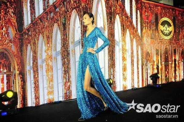Với bộ đầm dạ hội màu xanh được đính kim sa tinh tế, Lê Thúy cũng nổi bật không kém người đồng nghiệp. Cô thể hiện đẳng cấp của một người mẫu chuyên nghiệp qua vẻ mặt lạnh và những bước catwalk cực chuẩn.