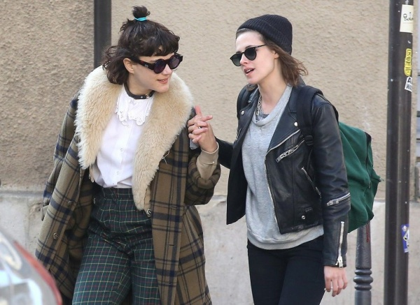 Sáng 15/3, Kristen Stewart và nữ ca sĩ người Pháp SoKo được trông thấy trên đường phố Paris. Nữ diễn viên Twilight đến Pháp vào cuối tuần qua để dự tuần lễ thời trang Paris. Khi vừa đáp máy bay xuống, Kristen được SoKo đem hoa đến đón.