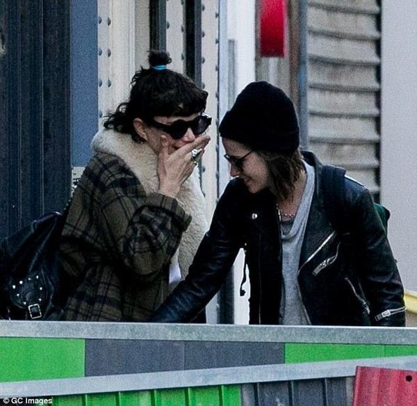 Kristin Stewart không có thói quen công khai mà chỉ âm thầm hẹn hò. Người tình duy nhất mà người đẹp xác nhận là Robert Pattinson.