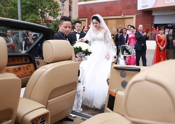 Sau khi tổ chức hôn lễ xong, Trà My được chú rể đưa lên xe mui trần.