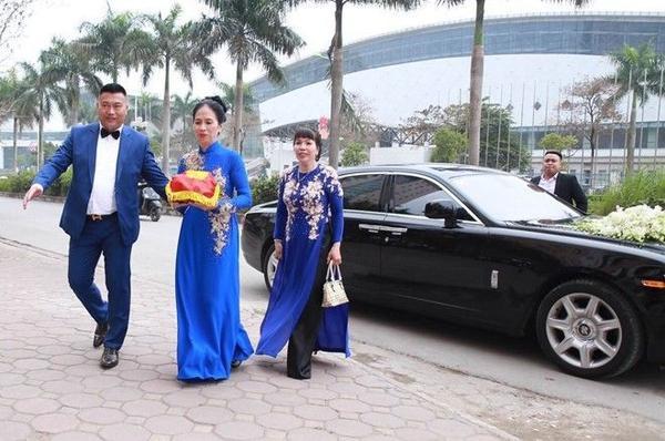 Đoàn nhà trai mang sính lễ rước dâu.