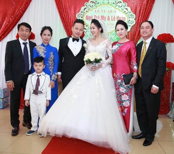 Cô dâu - chú rể hạnh phúc bên bậc sinh thành.