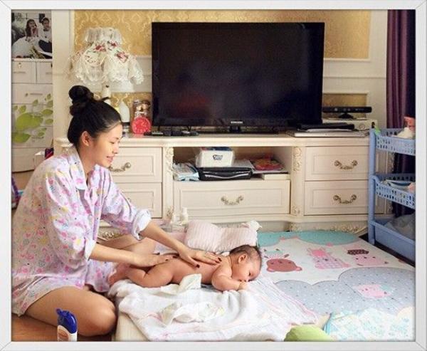 Bên cạnh đó là những hình ảnh của bà mẹ bỉm sữa không lẫn vào đâu được khi cô massage cho em bé Đăng Anh, đọc truyện cho các con nghe và đưa anh cả Ken đi chơi...