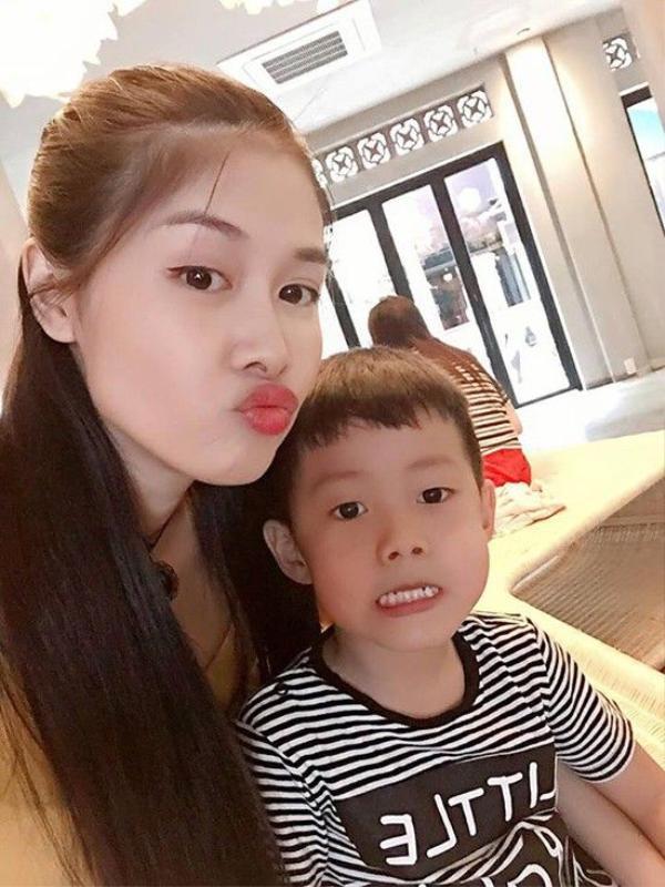 Thủy Anh nhí nhảnh bên cậu con trai cả Đăng Khang.