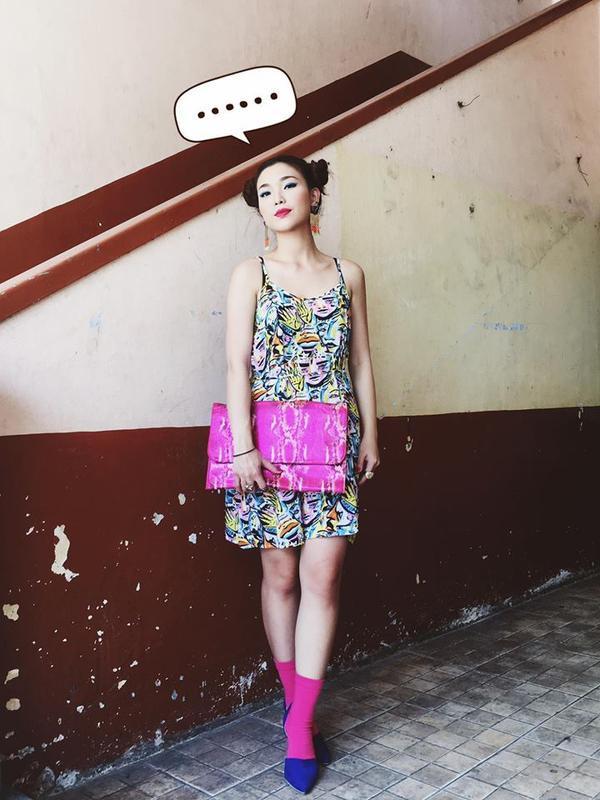 Phụ kiện ton sur ton trên trang phục họa tiết màu trầm cũng là một gợi ý thú vị cho các nàng.