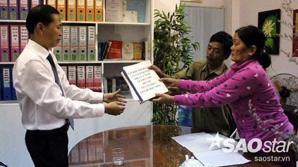 Cha mẹ tử tù Vũ Văn Tiến gửi đơn thỉnh cầu cùng 10.000 chữ ký của người dân cả nước mong Tiến được thoát án tử hình cho luật sư Nam.