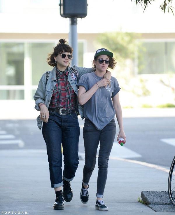 """Đầu 2016, nữ diễn viên 25 tuổi được cho là đã tìm thấy tình yêu mới bên nữ ca sĩ kiêm diễn viên người Pháp 32 tuổi SoKo (tên đầy đủ là Stéphanie Sokolinski). Khác với Kristen, SoKo đã công khai là người đồng tính. Những hình ảnh """"nàng Bạch Tuyết"""" bên bạn gái tin đồn được chú ý trong một buổi tối ở Los Angeles vào đầu tháng 3."""