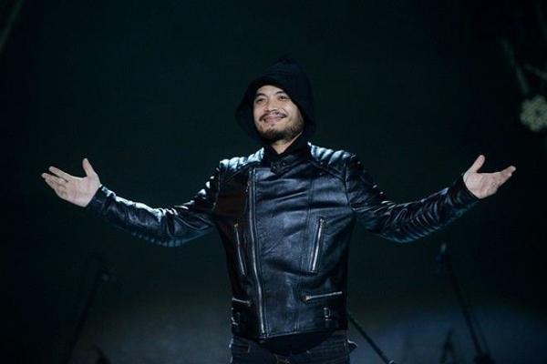 Ca sĩ Trần Lập trên một sân khấu lúc còn sống.