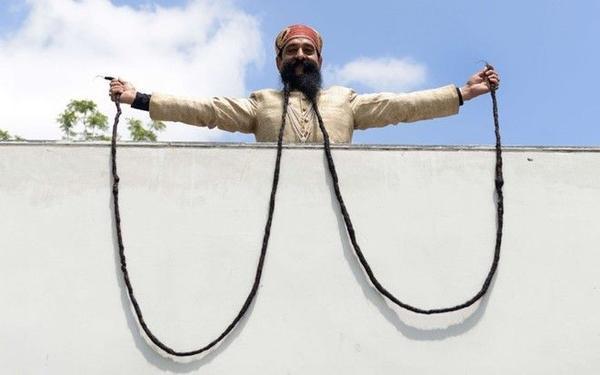 """Với một bộ râu dài 14 feet, một người đàn ông người Ấn Độ tên Ram Sing Chauhan đã đạt kỉ lục Guinness với danh hiệu """"người đàn ông có râu dài nhất thế giới"""". Ắt hẳn ông cũng phải rất khổ sở khi để râu của mình không phải """"lê lết"""" trên sàn nhà hay việc nên đặt chúng ở đâu cho tiện để thưởng thức một giấc ngủ dài."""
