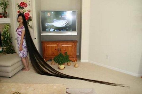 """Bạn có nghĩ Rapunzel chỉ là tưởng tượng, vậy bạn đã sai rồi. Xie Quiping, một phụ nữ đến từ Trung Quốc đã nuôi tóc của mình đạt đến độ dài 18.554 feet (2004) và giữ kỉ lục """"người phụ nữ có tóc dài nhất thế giới"""". Cô bắt đầu nảy sinh ý đinh """"chơi trội"""" này từ năm 1973, tức năm cô 13 tuổi. Và đến nay, mái tóc 31 tuổi này trông vẫn rất khỏe mạnh nhưng cô phải dành nhiều thời gian để chải tóc và chăm sóc """"con cưng"""" của mình."""