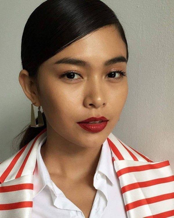 Cô nàng siêu mẫu vừa đăng bức ảnh với lồi trang điểm cực tự nhiên và cuốn hút cùng tông son đỏ.